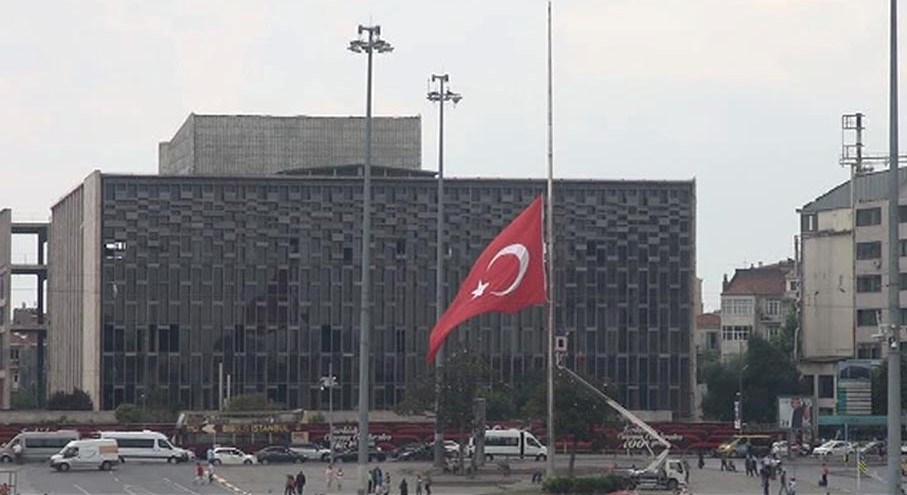 Süleyman Demirel için 3 günlük yas ilan edilmesi üzerine Taksim'deki dev Türk bayrağı yarıya indirildi.