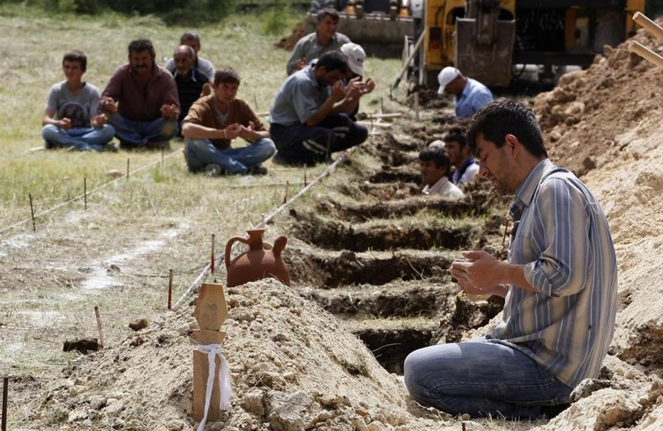 Tabutlar yapılıyor, mezarlar kazılıyor