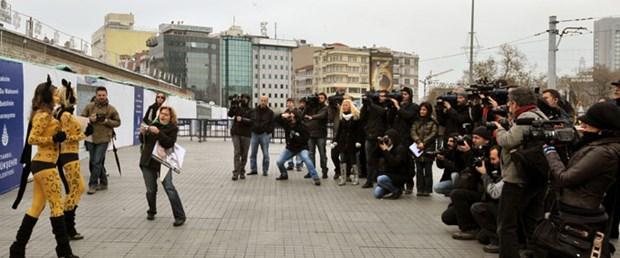 Taksim Meydanı'nda yarı çıplak
