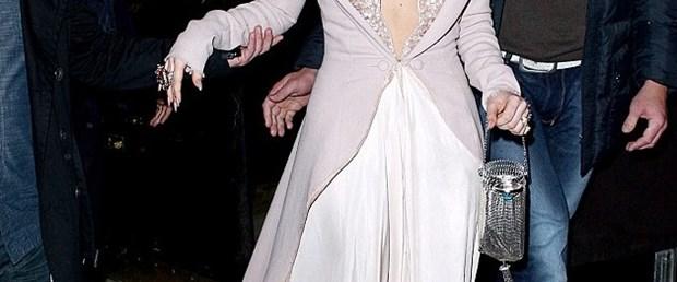 Tam bir 'Lady' gibi giyindi