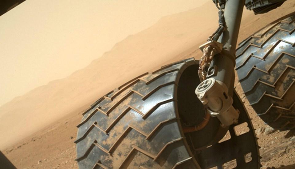 Curiosity'nin altı tekerinden ikisi.