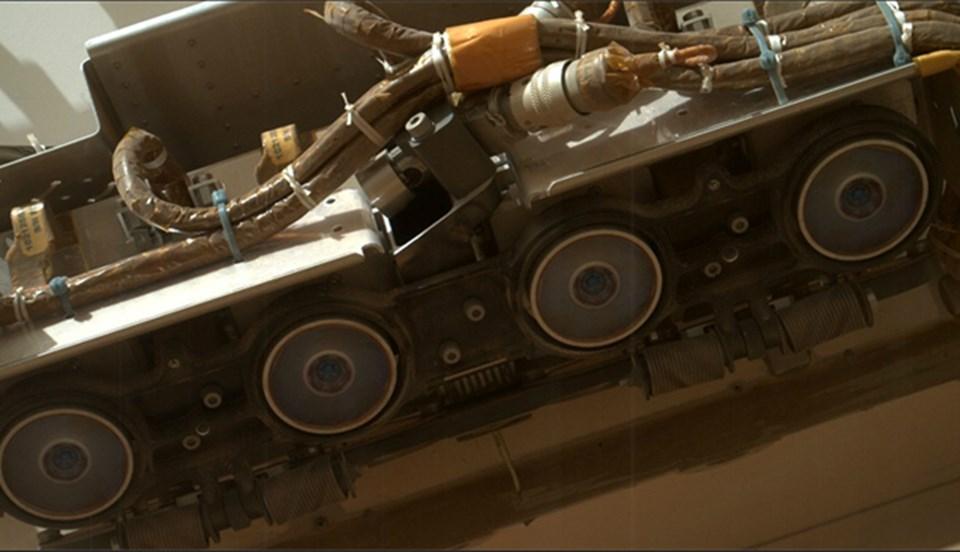 Curiosity'nin, tüm Mars keşif araçlarında standart olan 'Hazcams' kameraları. Ön ve arkadaki bu kameralar, yer ve çevredeki riskli unsurlara karşı keşif aracını uyarıyor.