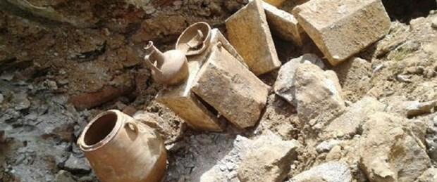 Tarihi eserleri kepçe operatörü buldu