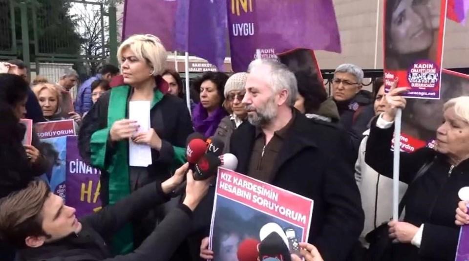 """Duruşmadan sonra """"Kadın cinayetlerini durduracağız"""" platformu adliyenin önünde basın açıklaması yaptı."""