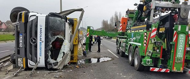 çöp kamyonu devrildi.jpg