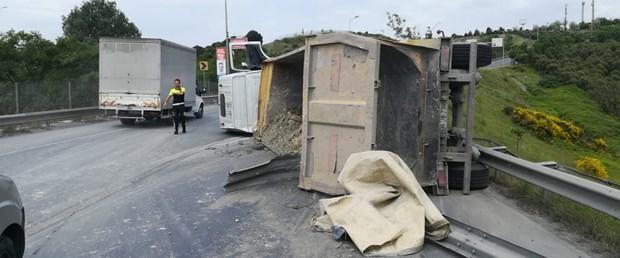 hafriyat-kamyonu-devrildi-trafik-felc-oldu.jpg