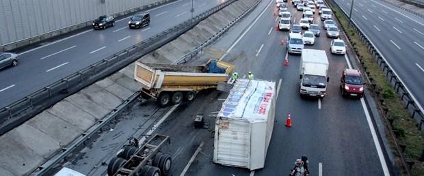 TEM'de kamyon devrildi trafik kilitlendi