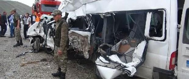 TIR, minibüsü biçti: 3 ölü