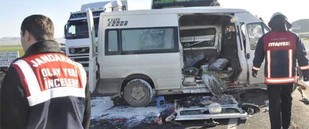 TIR öğrenci servisine çarptı: 2 ölü, 8 yaralı