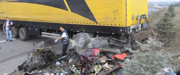 TIR otomobili ikiye böldü: 5 ölü