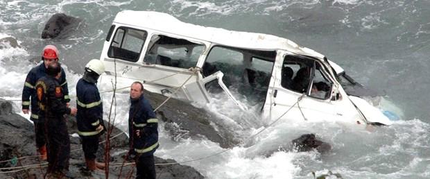 Trabzon'da minibüs denize uçtu, 2 ölü
