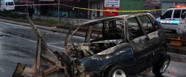 Trafik lambasına çarpan araç yandı: 2 ölü