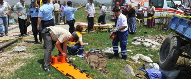 Tren traktöre çarptı: 4 ölü