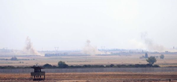 Tankların girişi sırasında sınırda konuşlu birliklerin, IŞİD kontrolündeki bölgeleri topçu ateşine tuttuğu haber veriliyor.