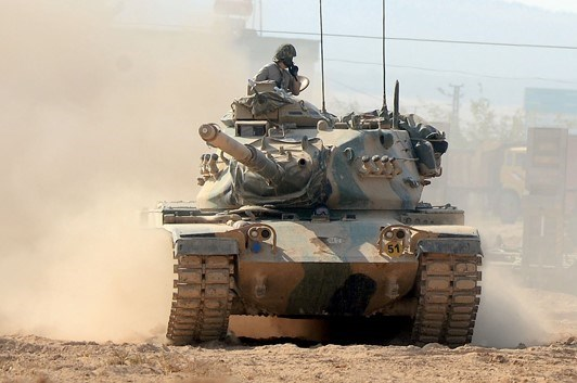 13.30 sıralarında Türk Silahlı Kuvvetleri Salhan köyü yakınlarından Suriye'nin Çobanbey kasabasına tanklar ve zırhlı araçlar ile giriş yaptı. TSK tarafından uzun bir süreden beri bu bölgeye tank ve zırhlı araç takviyesi yapılmıştı.