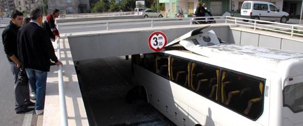 Turist otobüsü geçitte sıkıştı