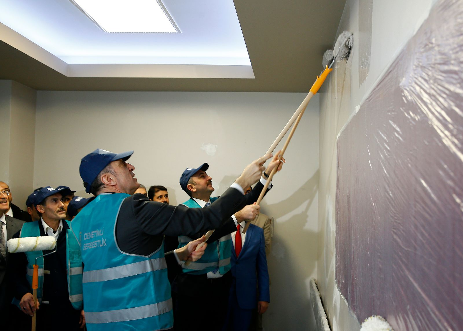 Bakanlar Abdülhamit Gül ve Ziya Selçuk sınıf boyadı