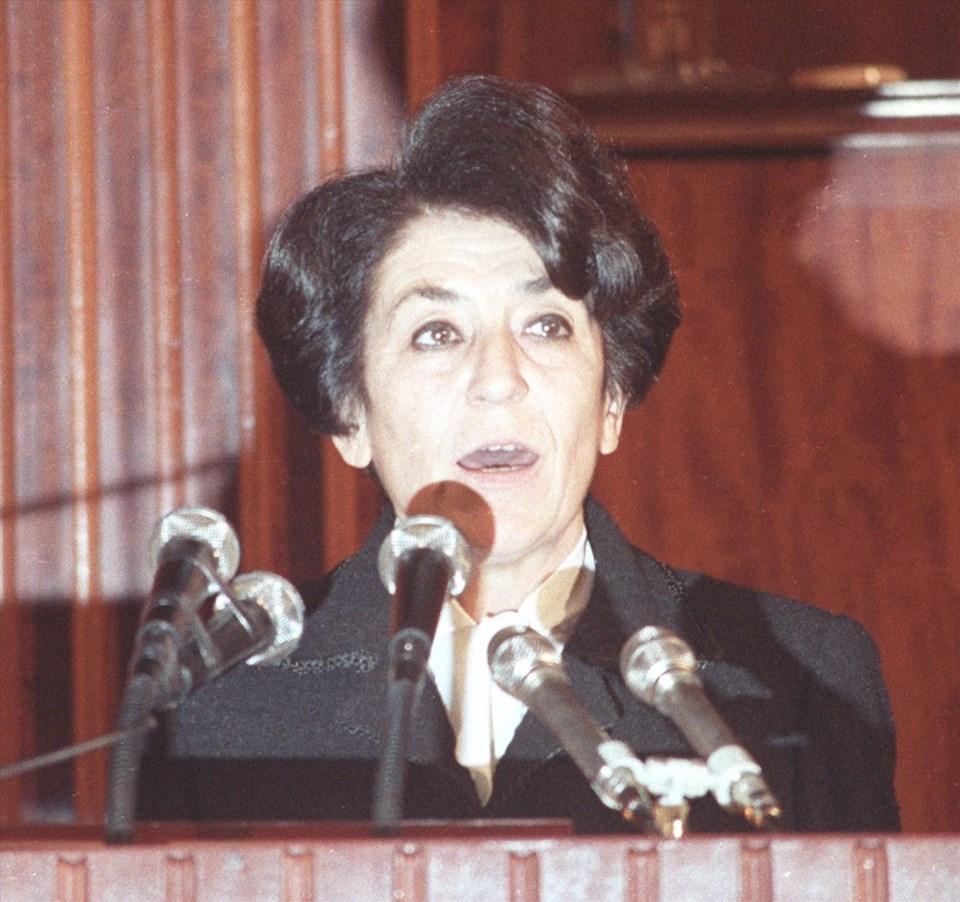 Akyol, 14 Aralık 1987'de SHP İzmir Milletvekili olarak TBMM'de yemin ederken görülüyor. (Arşiv)