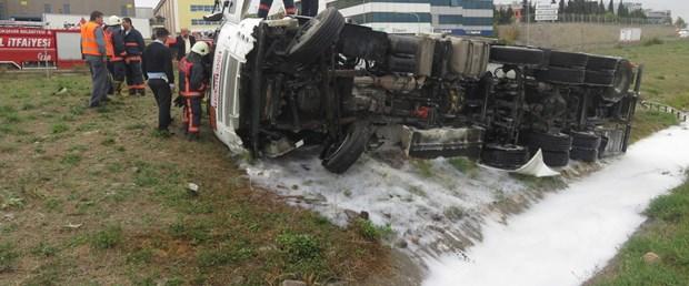 tuzlada-yakit-tankeri-devrildi-kazada-1-kisi-yaralandi.jpg