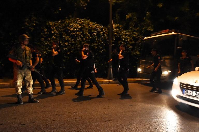 Askerin sokağa çıkmasıyla ilgili ilk fotoğraflar