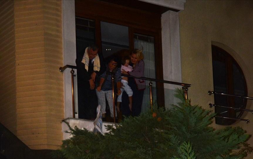 Binanın birinci katındaki dairesinde bulunan TBMM 21. Dönem MHP Kırşehir Milletvekili Mustafa Haykır da balkona çıkarak kucağına aldığı torunlarını itfaiye ekiplerine teslim etti.