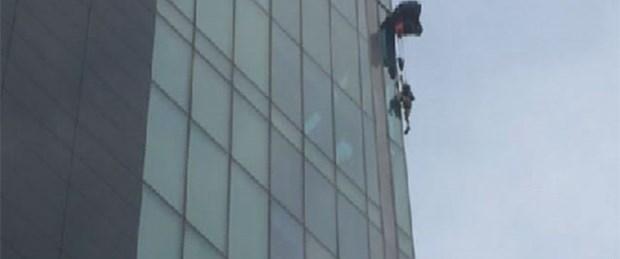 Üstünden atladığı binada asılı kaldı