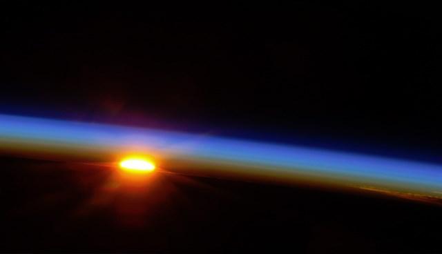 UUİ'de 10 Mayıs'ta çekilen fotoğrafta, Güney Pasifik üzerinde güneşin doğuşu görülüyor (Büyütmek için tıklayın).