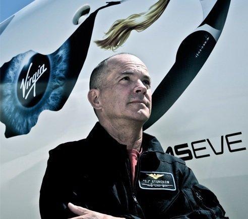 Sturckow ilk uçuşunu SpaceShipTwo'yu taşıyan WhiteKnightTwo ile yaptı.