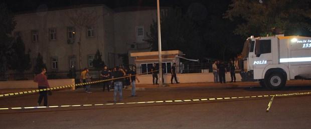 diyarbakirda-valilik-onundeki-polislere-ates-acildi-1-polis-yarali-_6493_dhaphoto4.jpg