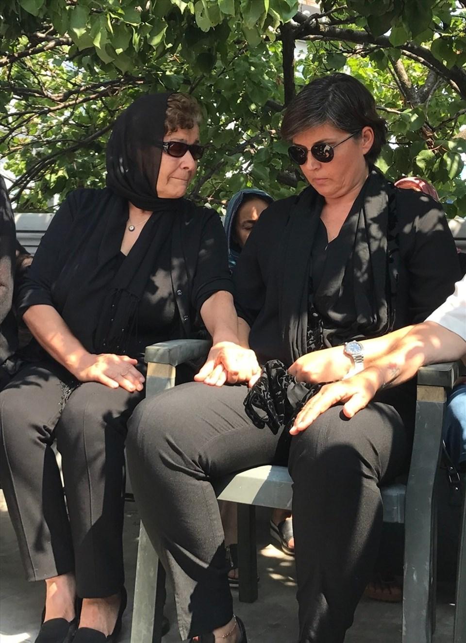 Cenaze töreninde Vatan Şaşmaz'ın annesi (solda) ve eşi yan yana oturdu.