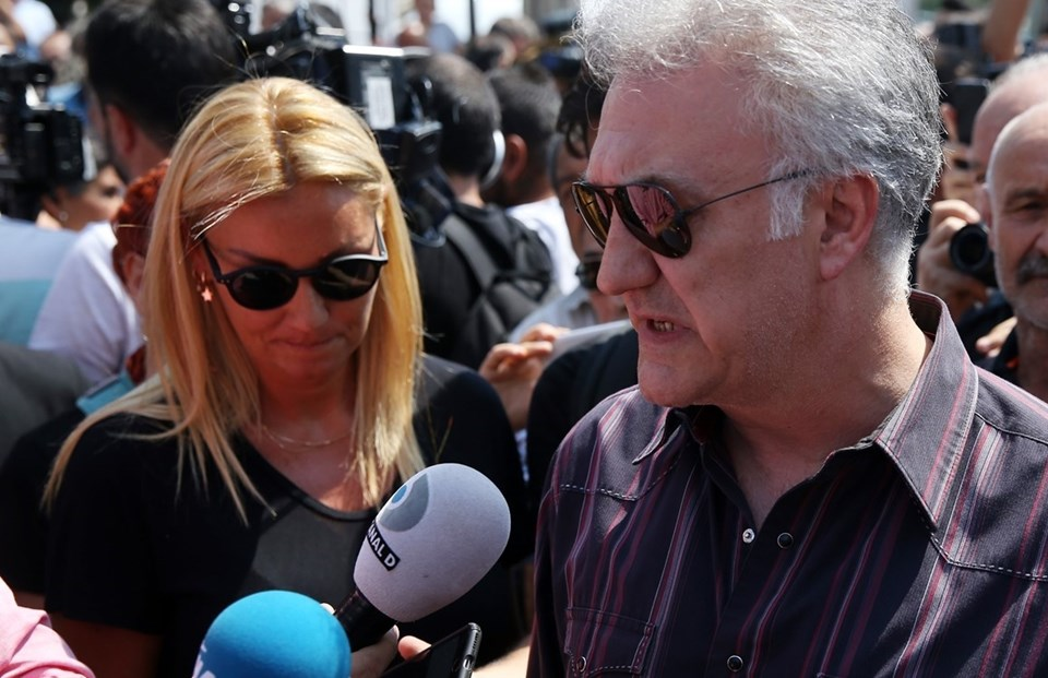 Vatan Şaşmaz'ın rol arkadaşları Pınar Altuğ ve Tamer Karadağlı.