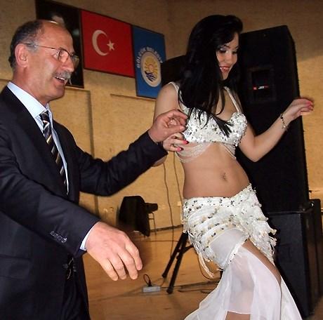Okul Müdürü Bahattin Yazıcıoğlu, dansözü velilere takdim ederken.