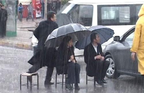 Yağmur altında itaatsizlik ve tekme