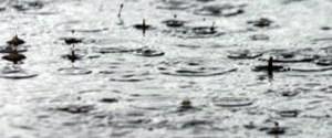 Yağmur damlaları yere çarpmadan önce dağılıyor