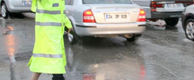 Yalınayak trafik polisi