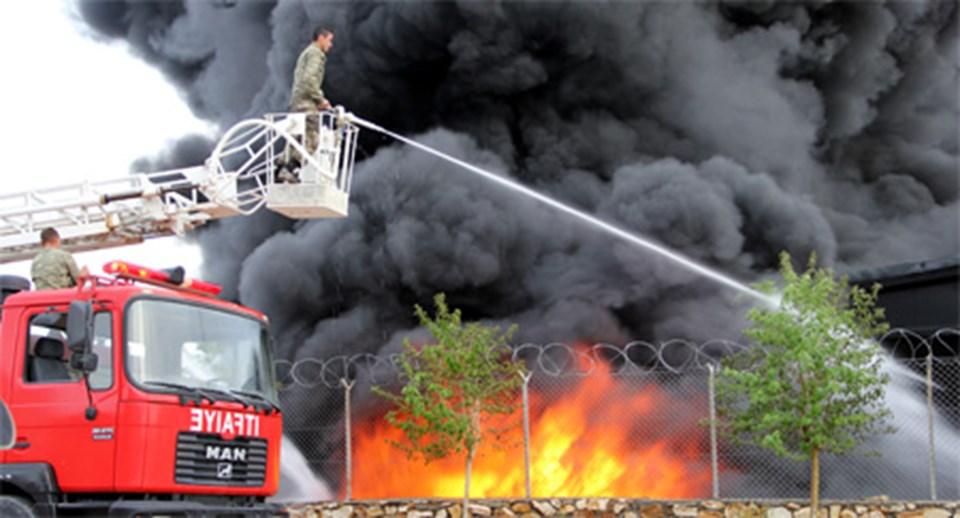 Yangına, Elazığ Belediyesi itfaiye ekiplerinin yanı sıra jandarmaya ait itfaiye araçları müdahale etti.