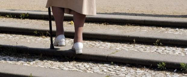 yaşlı kadın merdiven.jpg