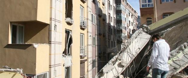 Yıkım sırasında yan binanın üzerine çöktü
