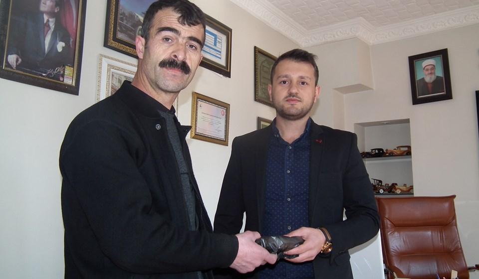 Eyüp Doğan (solda), parayı Bayram Konak'ın oğlu Duran Konak'a (sağda) elden teslim etti. 3 bin lira, bulduğu 20 bin liranın net yüzde 15'ine denk geliyor. İki taraf da mutlu...