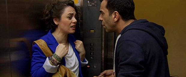Zeynep ile Ozan asansörde mahsur kalıyor