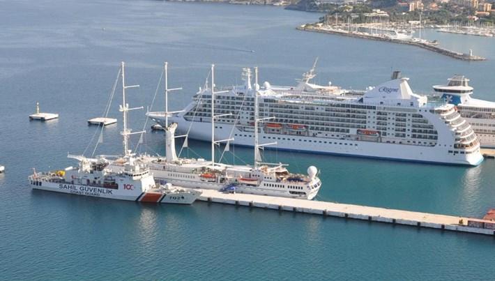 Kuşadası'na üç kruvaziyer gemisi ile 2 bin 630 turist geldi