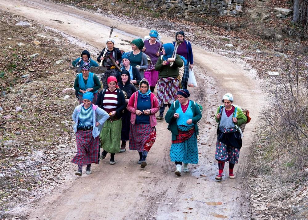 Karadeniz'in çalışkan kadınları: Köy toplansa evde tutamaz - 10