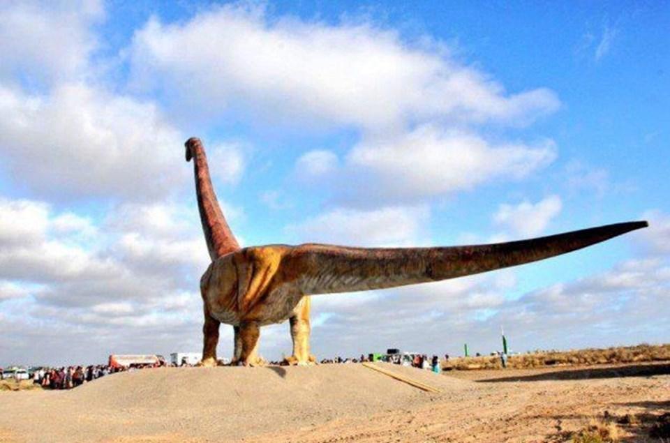 Arjantin'de yer alan gerçek boyutluPatagotitan heykeli.