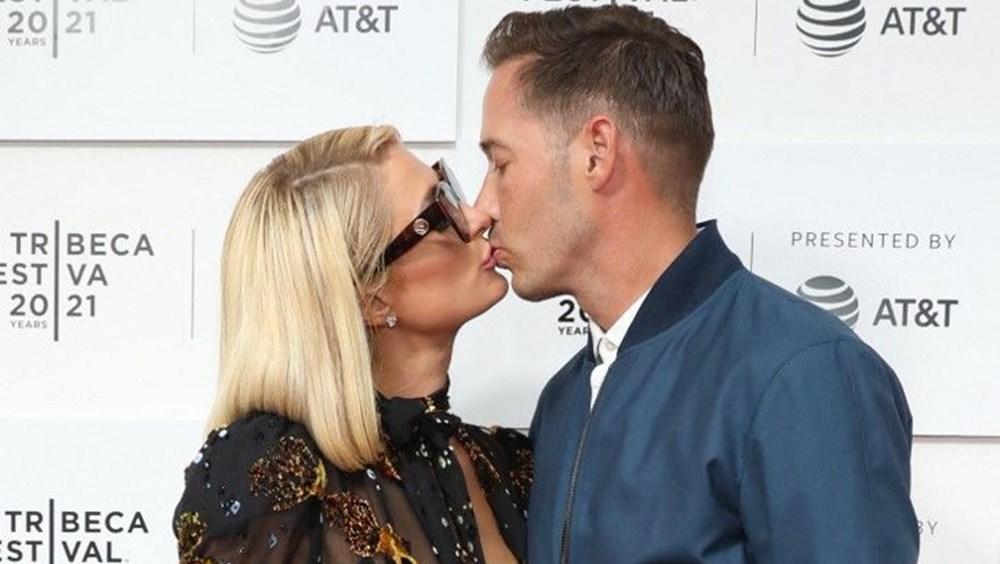 Galada nişanlısını öpücüklere boğdu