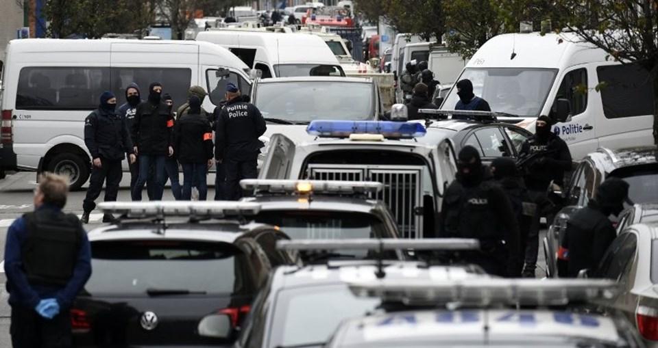 Fransa'nın birçok kentinde yapılan operasyonların yanısıra Belçika'nın başkenti Brüksel'de Arapların yoğun olarak yaşadığı Mollenbeek semtinde de polis arama yapıyor.