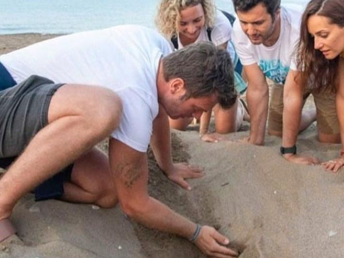 Kıvanç Tatlıtuğ caretta carettaları denize kavuşturdu