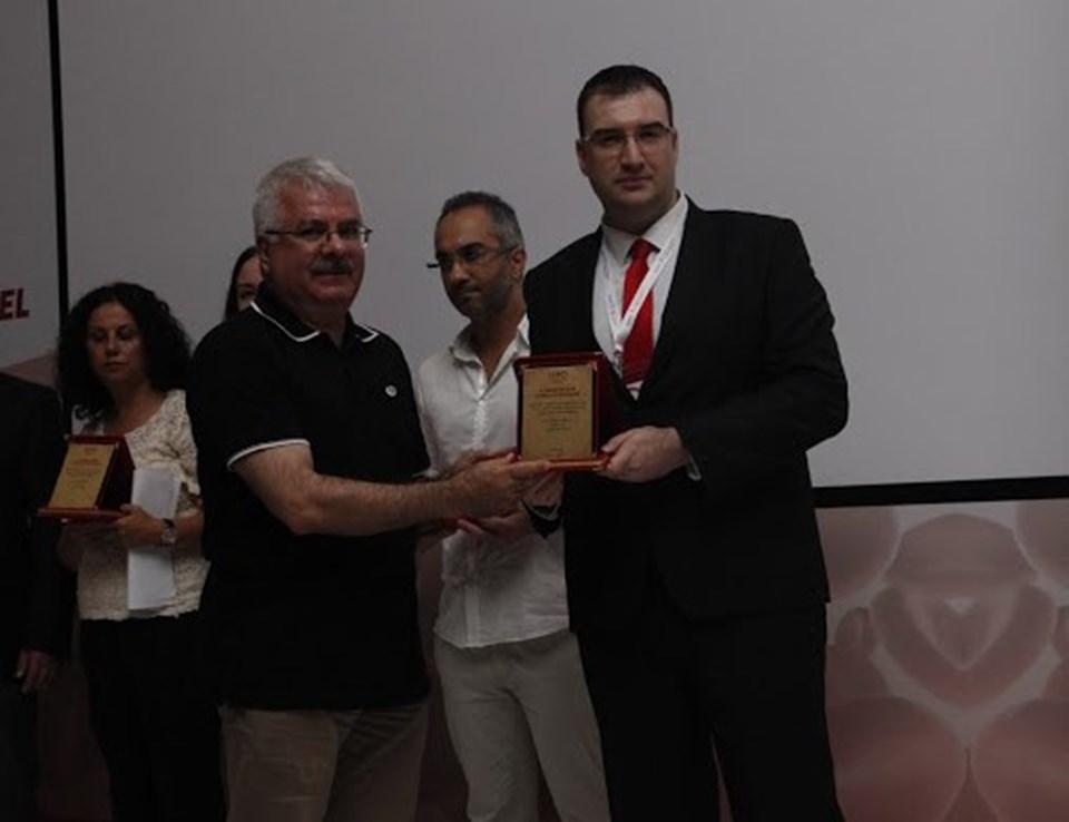 Yarışmada 6. olan Safa Pertev Arıkan'a ödülünü Prof. Dr. Mustafa Akıncı verdi.