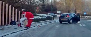 Father-Christmas-jumps-out-of-his-car-to-help-a-woman-who-took-a-tumble-on-the-ice