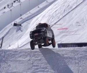Fransız Alpleri'nde uçan bir Mini