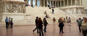 Berlin_-_Pergamonmuseum_-_Altar_02.jpg